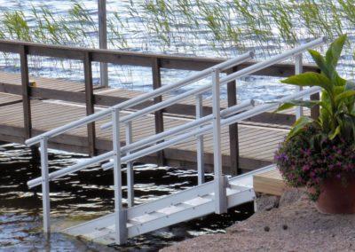 Alumiiniset uimaportaat laiturin vieressä