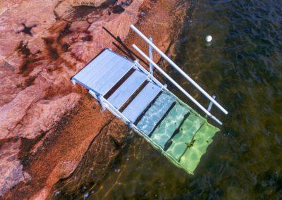 Turvalliset uimaportaat graniittikalliolta mereen