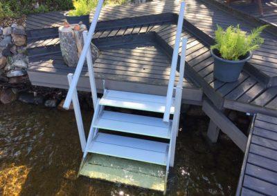 Pienet portaat terassilta veteen